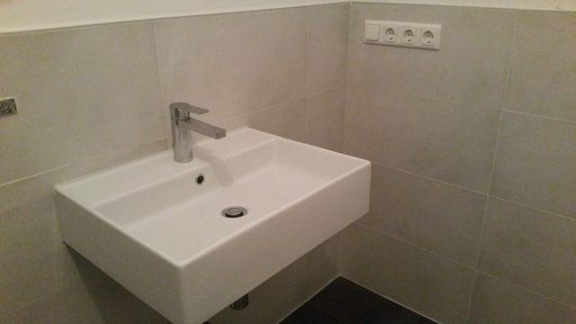 Bad mit Waschbecken renoviert